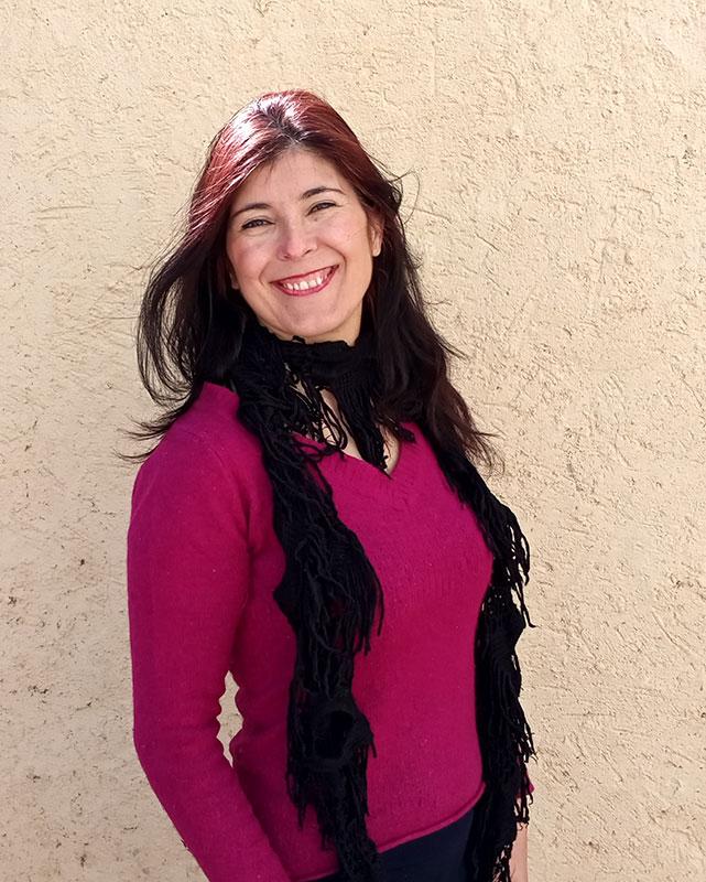 Cristina sonriendo junto a pared
